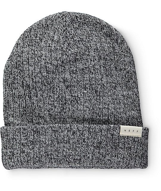 From the slopes to the streets, keep warm with the casual style of this grey cuffed beanie made with a thick ribbed knit construction and a brand tag on the hem.
