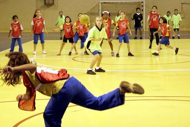 Queimada Brincadeiras Com Bola Para Criancas O Blog Demonstre E Um Espaco De Atividades Educativas Jogos Brincadei Criancas Brincadeiras Atividades Educativas