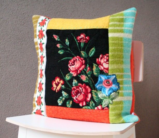 kussen gemaakt van een wollen deken, retro stof en 'oud' borduurwerk