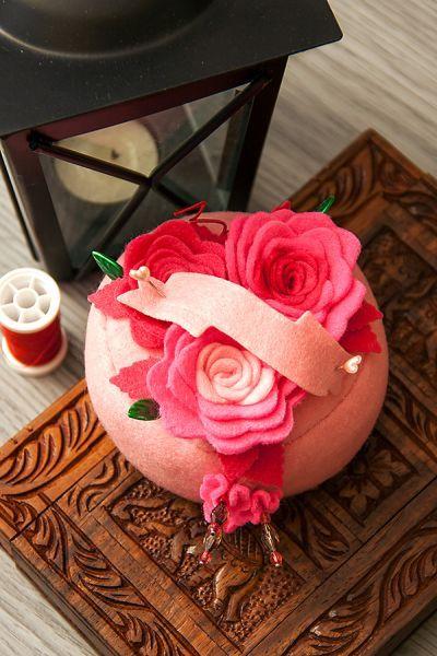 Faça uma almofada de alfinetes com feltro para facilitar o seu trabalho nos momentos de desenvolver artesanatos ou costuras.