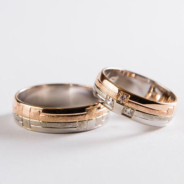 Snubní prsteny kombinující barvy a geometrické vzory. Barvy je možné měnit, dle přání zákazníka. #svatba #láska #snubniprsteny #zlato