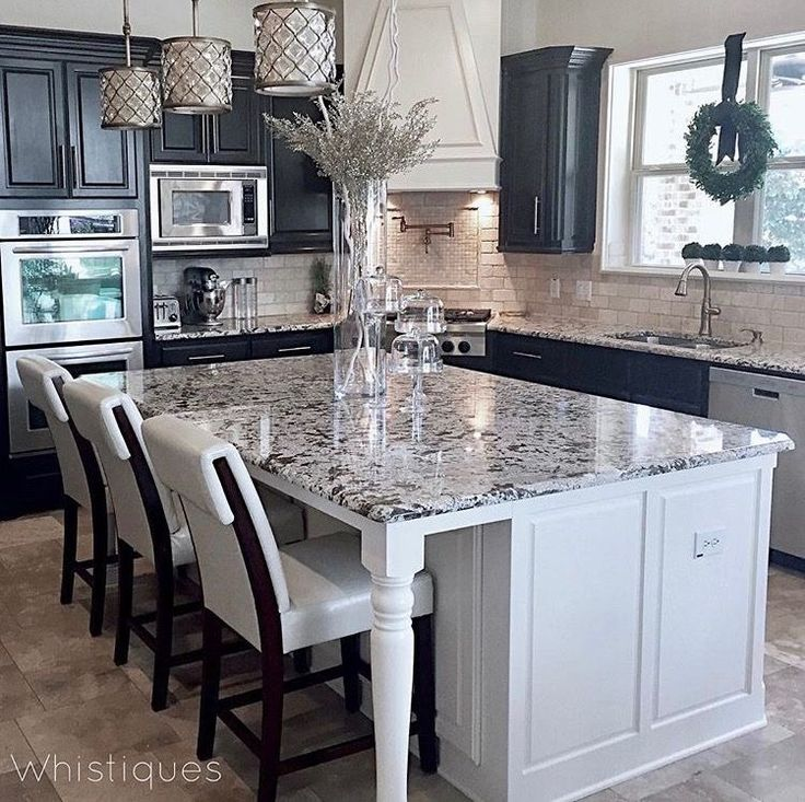 Combo of white cabinets with natural backsplash