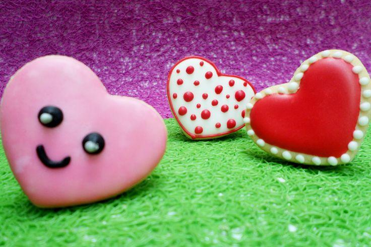 Galletas troqueladas decoradas con motivos de corazones.   #Cookies #Galletas #Corazón #Hearts #Decoration