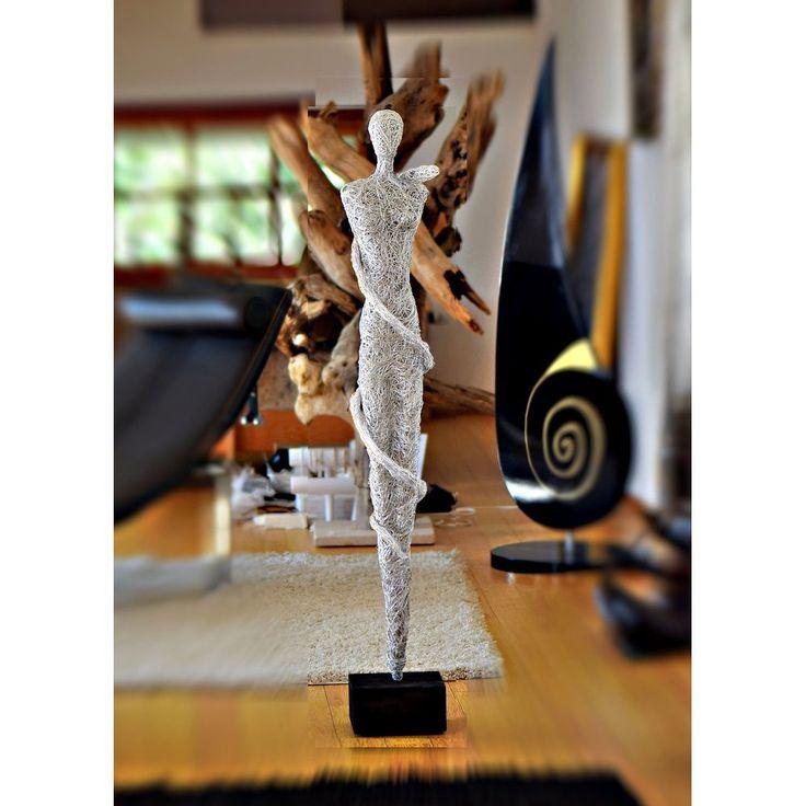 Design Skulptur - Frau mit Schlange - Aluminium silber,   Höhe ca. 130 cm Korpus Aluminium eloxiert.  Massiver Holzsockel in schwarz matt.