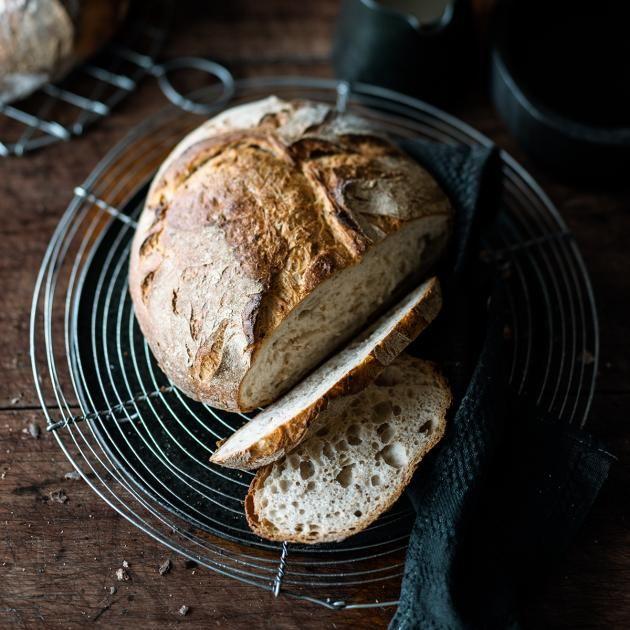 Ein Klassiker mit grobporiger Krume und toller Kruste, der bei uns nicht auf dem Blech, sondern im Topf gebacken wird.