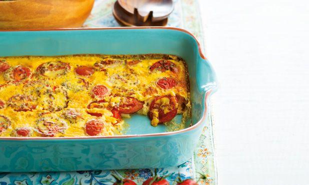 Esta é uma receita que pode ser servida quente ou fria. Pode acompanhar este clafoutis de tomate com uma salada gourmet de alfaces.