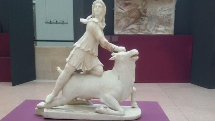 Een beeldje van Mithras. Het mithraïsme was een godsdienst in het Romeinse Rijk, vooral populair bij Romeinse soldaten.