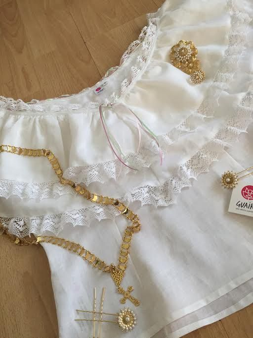 Delicada blusa de hilo inspirada en el bluson de nuestra pollera con encajes en los vuelos y cintas en su enjaretado.  Siguenos en facebook Guaira by J & T