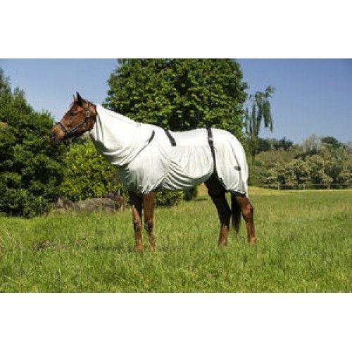 Deze deken is gemaakt van 100% soepele polyester, een ondoorzichtige maasstof. Waardoor hij optimaal beschermd tegen zelfs de aller kleinste insecten en biedt uw paard comfort en rust. Ondoorzichtig en absorberend. Avacueert de transpiratie en limiteerd de doorgelaten hoeveelheid UV stralen, die schadelijk zijn voor de gevoelige huid. De deken sluit volledig om het lichaam van het paard aan, vanaf de hals tot aan de staart.