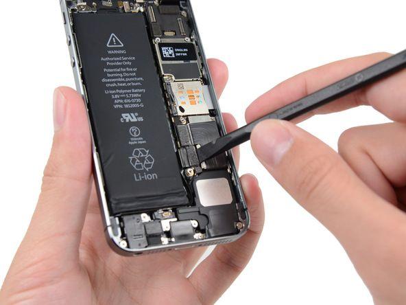 3. Løft batterikontakten forsiktig opp, og sørg for at du ikke samtidig løfter kontakten på hovedkortet.