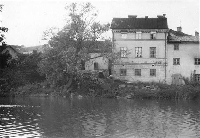 Ehkä 1920-luvulla otetussa kuvassa nahkurimestari Richterin taloista on vielä kolme jäljellä. Päärakennuksen maa oli nielaissut, kun Aurajoen savipenkka vuonna 1830 lähti vyörymään sen alta pois. Jäljelle jääneissä rantarakennuksissa toimi muun muassa tekstiilivärjäämö, kunnes ne 1960 purettiin. TS/arkisto