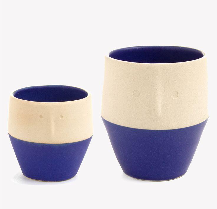 Né de l'imagination débordante et de l'univers onirique d'Aurélie Dorard, cet ensemble de tasses à thé ou café en grès émaillé laisse apparaitre des visages sculptés.Lestasses sontfabriquées à la main, dans l'atelier d'Aurélie, et dévoilentdes expressions différentes en fonction de leurtaille et de leur couleur. Tantôt curieux, tantôt candide, chaque visage a son expression propre …