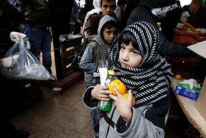 Allarme Grecia: i bambini sono alla fame. Alcuni rovistano nei cassonetti per trovare qualcosa da mangiare
