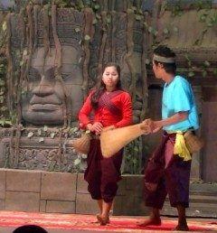 Koulen 2 Restaurantでのカンボジアの伝統舞踊を見ながら  世界遺産アンコールワットを見たなら晩ご飯は伝統舞踊を見ながら食べたいね  2つの流れがあって宮廷舞踊と庶民舞踊写真は漁労の舞と呼ばれる魚釣りの中で男女の恋が芽生えるという見え知手も楽しい演目だったよ  シュムリアップに行ったら是非行って見てね  #伝統舞踊 #カンボジア #漁労の舞 #シュムリアップ #ツアー #海外旅行 tags[福岡県]