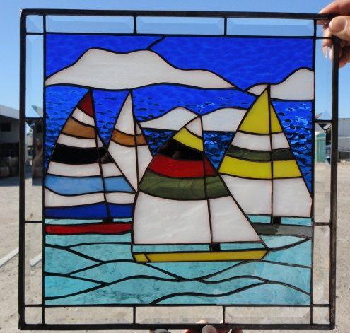 Ce panneau de fenêtre « Course de voilier » vitrail coloré est 20 large x 22 de haut et peuvent être faites sur commande pour toutes les tailles