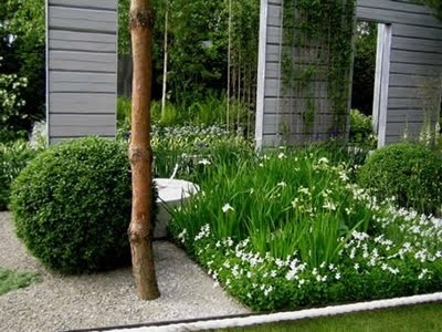 Witte borders: White Gardens, Gardens Ideas, White Flowers, Trees Trunks, Swedish Interiors, Green Wall, White Green, Gardens Features, Globes Topiaries