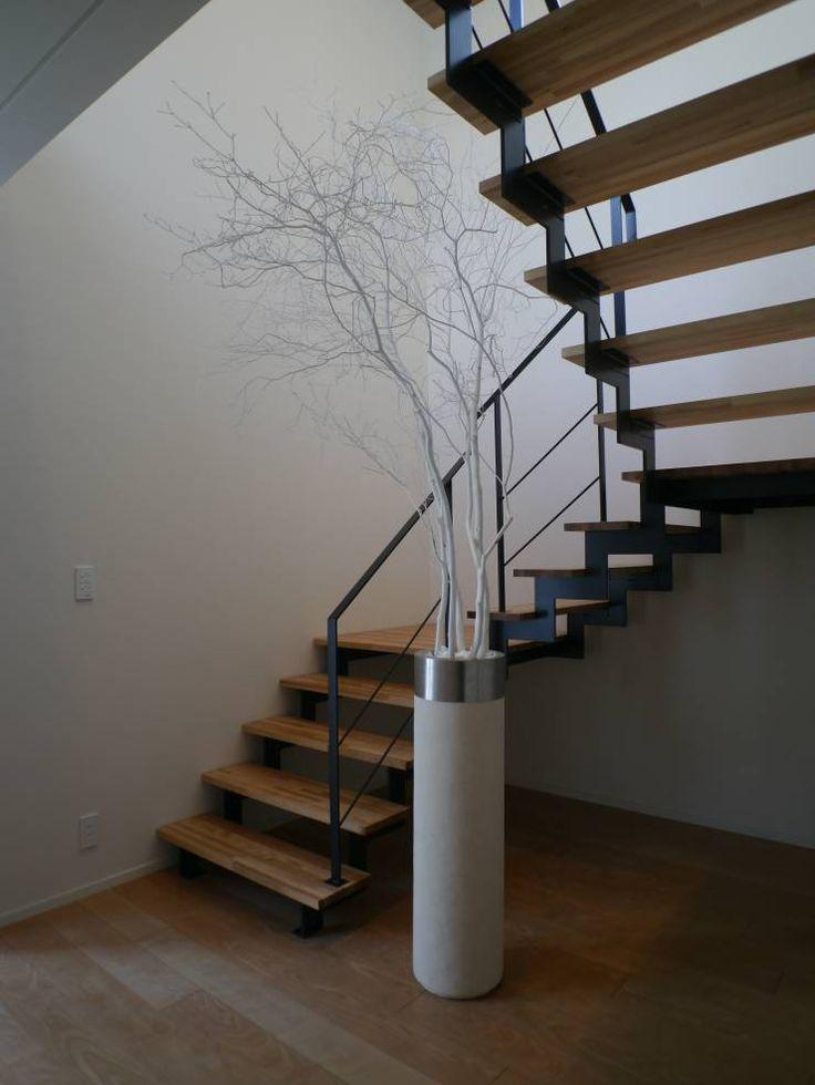 1階と2階を結ぶアーティスティックな階段: 株式会社スター・ウェッジが手掛けたモダン玄関&廊下&階段です。