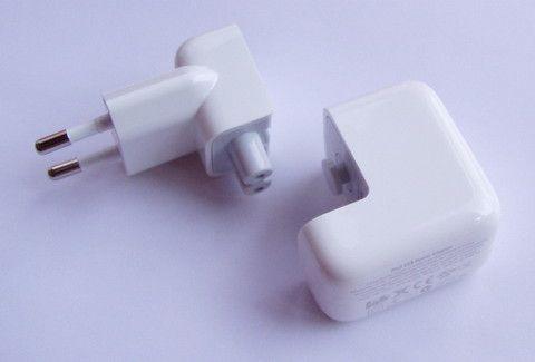 Stara wersja ładowarki apple z możliwością przedłużenia poprzez wpięcie odpowiedniego kabla do części z bolcami i części gdzie podpina się kabel z usb