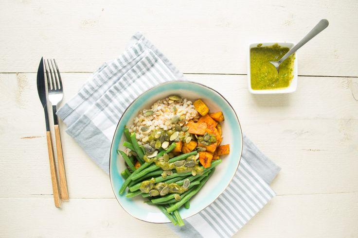 Een lekkere vegan maaltijd: 5 granen, gekruide zoete aardappelblokjes, haricots verts en een simpele, lekkere, zelfgemaakte avocado basilicum saus!
