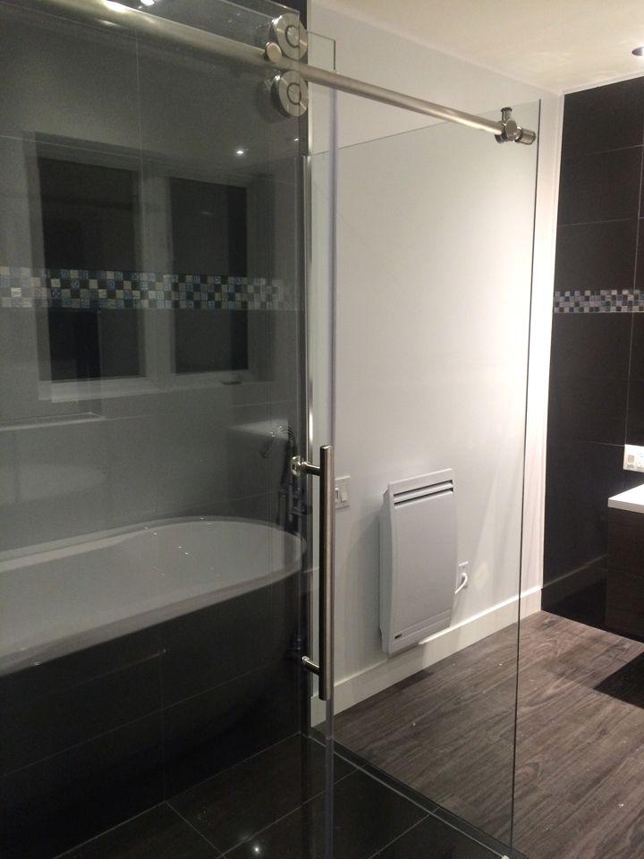 Douche en céramique avec porte coulissante
