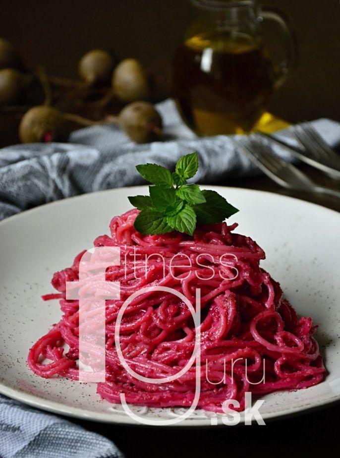 Špagety s pestem z červené řepy