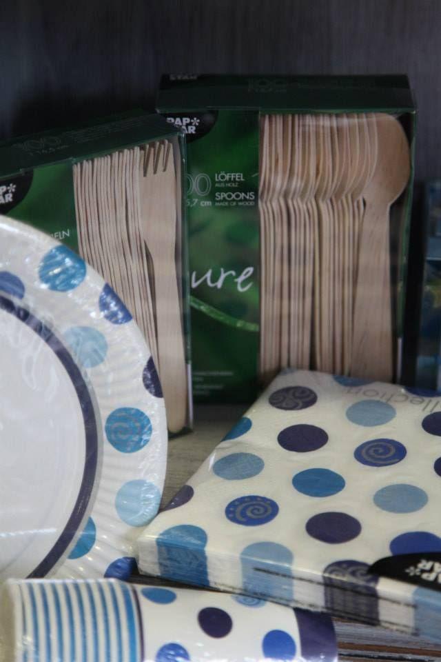 latos, servilletas, vasos y cubiertos de madera