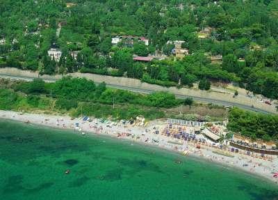 Monti E Mare Camping Village - Liguria. Tra Albenga ed Alassio, su una collina adiacente alla propria spiaggia privata, sorge il Camping Mare e Monti. Il Parco Vacanze dispone di numerosi posti tenda, in piazzole immerse nella vegetazione mediterranea e con una buona posizione panoramica.