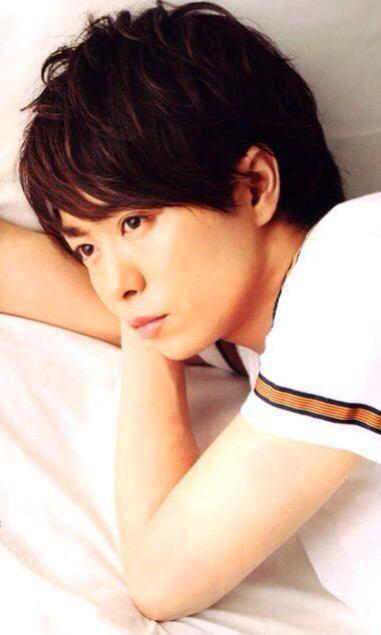 寝そべる桜井翔。