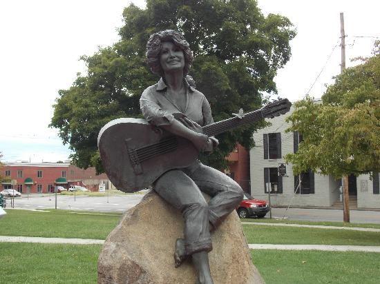 dolly parton statue Dolly Parton Net Worth #DollyPartonnetworth #DollyParton #gossipmagazines
