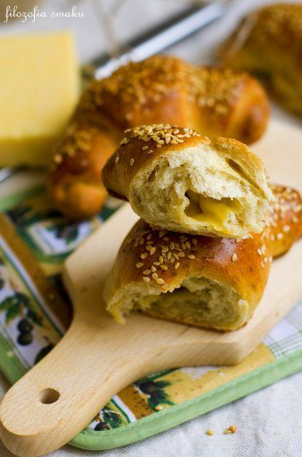 Rogaliki z serem żółtym