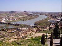 Industria papelera a orillas del río Ebro a su paso por Tudela.