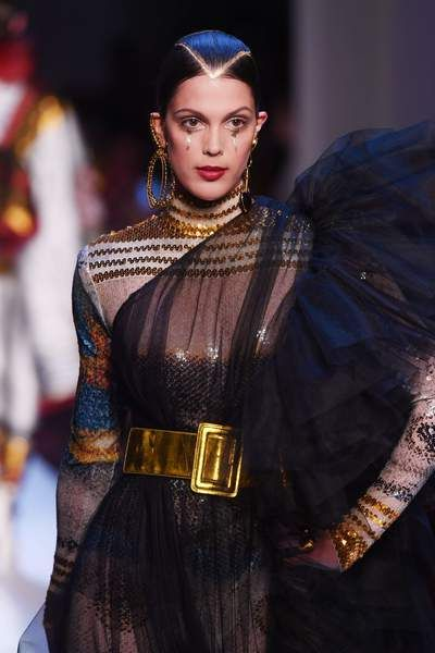 Iris Mittenaere radieuse maquillée en robe transparente pour Jean Paul Gaultier
