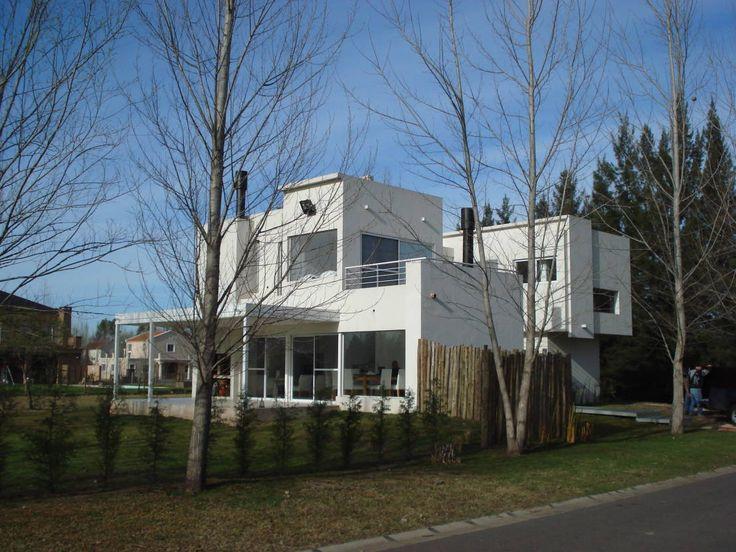 Una casa suburbana con interiorismo monocromático