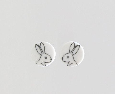 """Ørestikker, sort """"White rabbit"""" på hvid skive"""