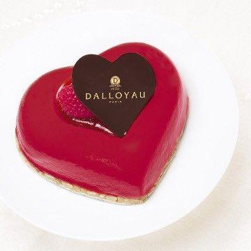 Rouge Baiser - Un entremets coeur à fondre de plaisir ! Mousse au chocolat blanc citronnée, biscuit aux amandes et compotée de framboises parfumée au gingembre.