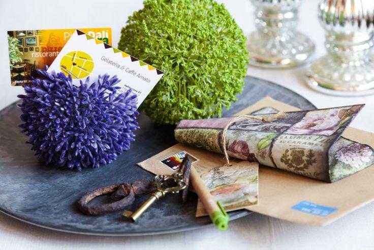 Využili jsme umělý květ česneku a vznikl vznikl vtipný odkladač na vzkazy, cedulky a vizitky u vchodových dveří. Hlavně, aby tam byly jen radostné zprávy!