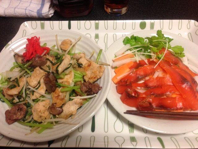 食材を50度洗いしてみた。 肝を前処理しなくても、美味しくいただけました。ෆ⃛*:・꒰ ૢ●௰ ૢ●✩꒱! - 10件のもぐもぐ - 鶏胸肉と肝の春菊モヤシ炒め、スモークサーモンと大根サラダ!٩꒰。•◡•。꒱۶! by scorpion