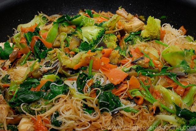 Fideos de arroz con verduras by NievesSM, via Flickr