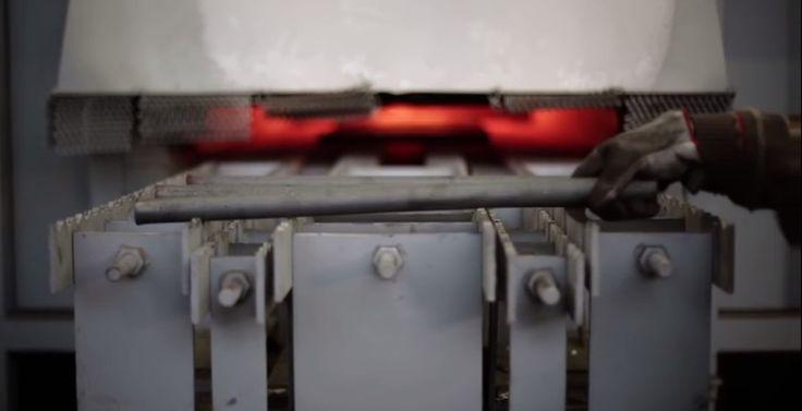 Magis trabaja con diferentes materiales como Polipropileno, Polietileno, PVC, Aluminio, Acero, Madera maciza, ABS, Fibra de vidrio y PVC Acrílico. Respecto a los procesos de fabricación, los que más utilizan son la inyección estándar, la fundición, el moldeo rotacional y el air molding.