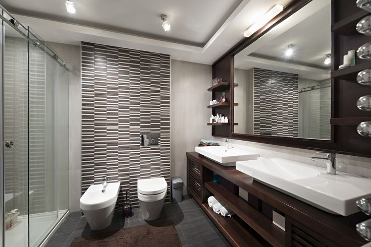Az ízléses csaptelepek és fürdőkádak azzal hívják fel magukra a figyelmet, hogy a háttérben maradnak. Ezek az okos megoldások a kisebb fürdőkben is nagyobb mozgásteret engednek.
