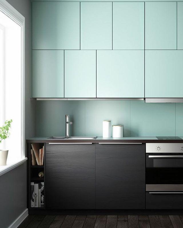 Já percebeu como as cores de um ambiente são responsáveis pelo clima que ele transmite? Nesta cozinha supercontemporânea e minimalista, criada pela sueca Ikea, o azul bebê típico das cozinhas do passado traz calor nostálgico! #décor #casavogue