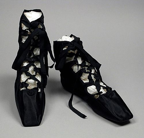 Also from 1818, this style of shoe was known as 'Grecian sandals' for their historically inspired design. Grecian sandals came in and out of fashion every few years throughout the Regency era.