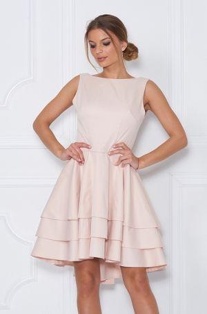Šaty áčkového strihu bez rukávov, predná časť sukni je kratšia ako zadná. V zadná časť šiat má odhalený chrbát s