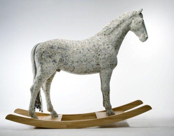 "Hedonismy Trojaner; Un caballo hecho con teclas de computadora.    Increíble escultura titulada ""Hedonism(y) Trojaner"" hecho con teclas de decenas de teclados y resina. Creado por Babis Panagiotidis, aka Babis Cloud."