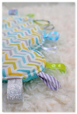 Un joli tissu blanc avec des chevrons pastel s'est transformé en doudous étiquettes nuages