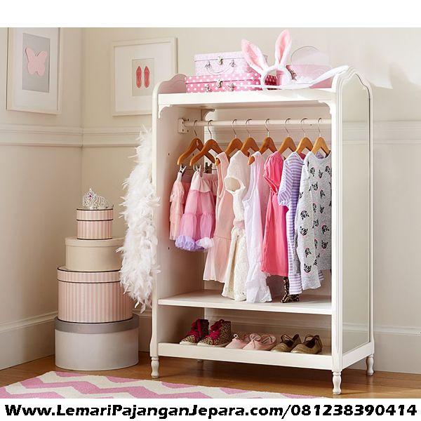 Jual Lemari Gantungan Pakaian Anak Cermin merupakan desain Lemari Pakaian Anak dengan digantung dan terdapat tempat untuk sepatu dan terdapat cermin berhias