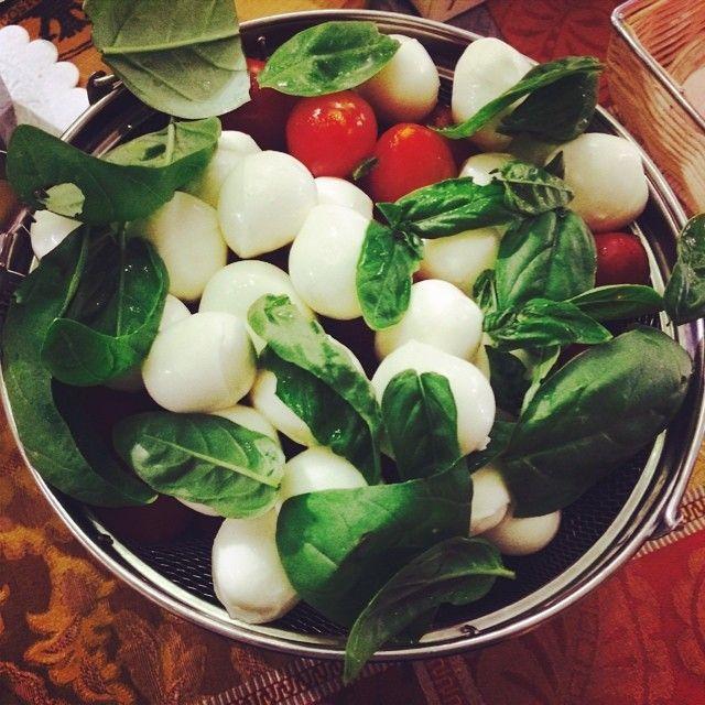 insalata di pomodori con mozzarelline e basilico al buffet della colazione