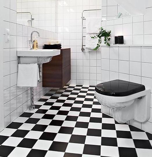 No banheiro o piso fez composição com os azulejos brancos