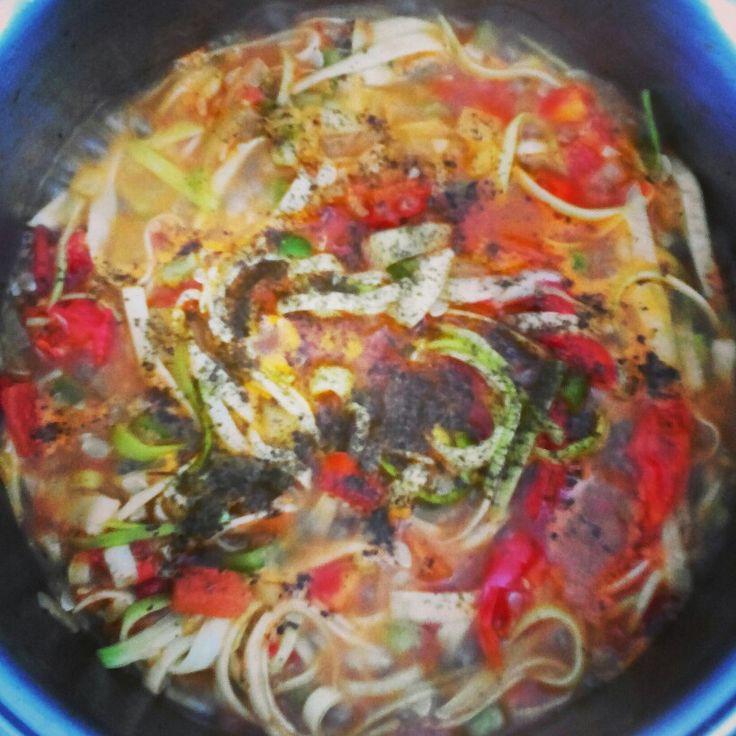 Espaguete de abobrinha com molho caseiro de tomate cereja e ervas.