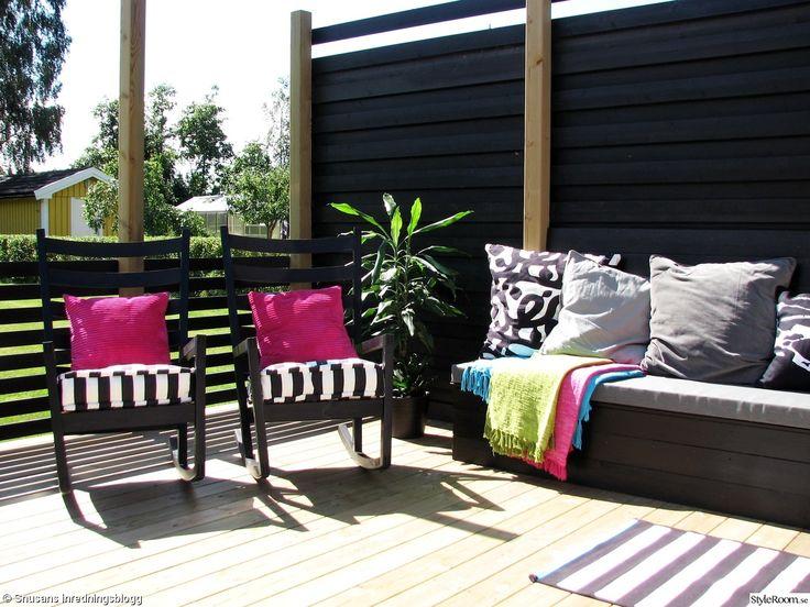 uteplats,gungstol,altan,platsbyggd soffa,bänk,kuddar,matta,randig,svart,vit,grå,turkos,grön,rosa,insynsskydd
